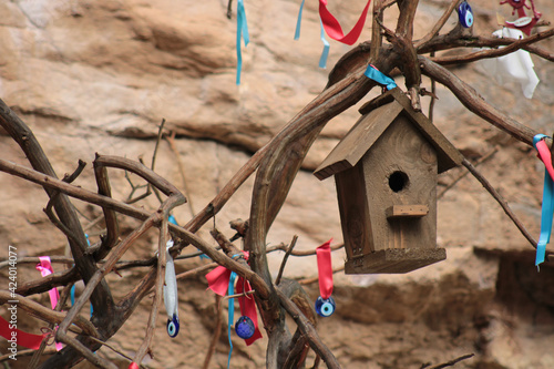 Fotografiet photo of wooden birdhouse on the tree