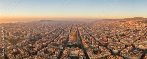 Tela Aerial panorama drone shot of Barcelona city church in construction in sunrise h
