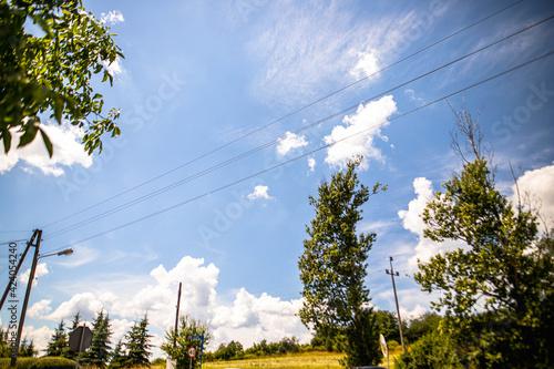 niebieskie niebo letni krajobraz