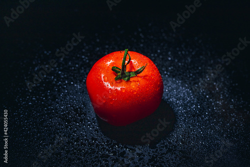 Fototapeta czerwony pomidor krople wody  obraz