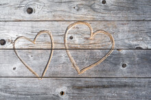 Zwei In Holz Geschnitzte Herzen Als Symbol Für Liebe Und Partnerschaft Als Hölzerner Hintergrund