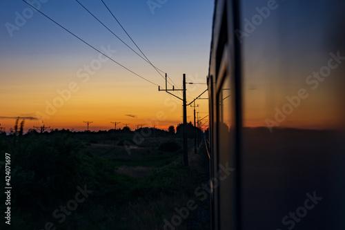 Fototapeta Zachód słońca z okna pociągu obraz