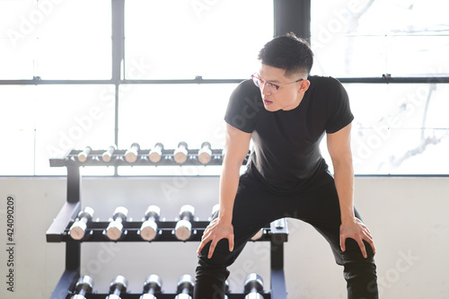 Fototapeta トレーニングジムで息を上げるアジア人男性 obraz