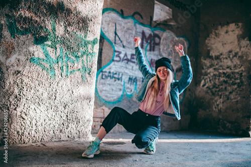 hipster girl in pink glasses and denim jacket in transition Fototapet