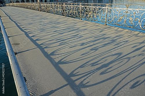 Schattenbilder des Geländers auf der Rathausbrücke, Luzern Schweiz Fototapet