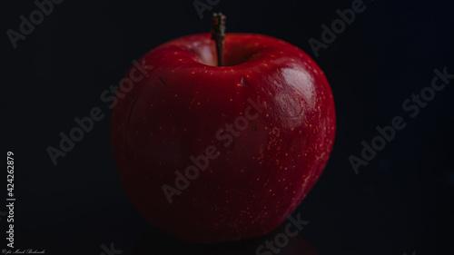 Fototapeta piękne czerwone jabłko na czarnym tle obraz