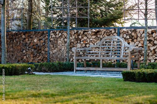 Fototapeta nowoczesny ogród, drewno w ogrodzie, piękny ogród,  drewniana ściana, drewno, ławeczka w ogrodzie obraz