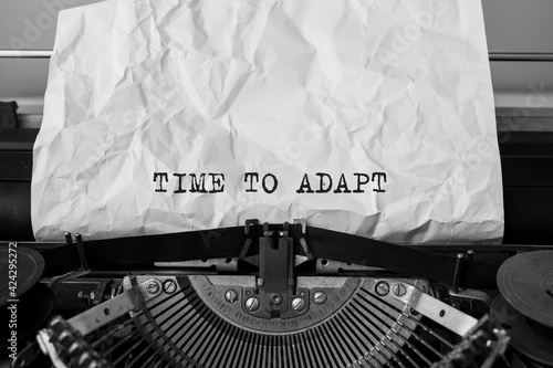 Foto Text TIME TO ADAPT typed on retro typewriter