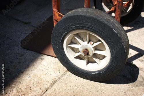 Cuadros en Lienzo Wheel on old industrial handcart