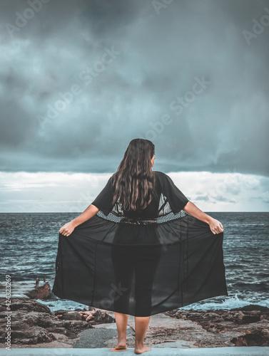 Tablou Canvas Mujer en muelle de la playa con traje de baño