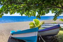 Barques De Pêche Sur Plage De Saint-Paul, île De La Réunion