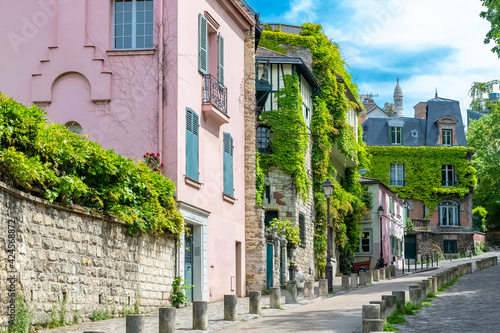 Foto Montmartre in Paris, a very romantic parisian street and houses, with the basili