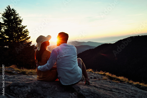 Happy couple hugging on the top of a mountain. фототапет