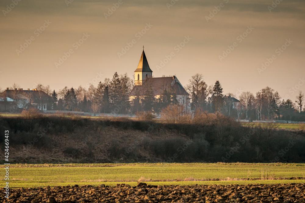 Fototapeta wiejski pejzaż z kościołem
