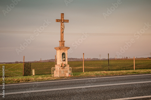 Photo przydrożny murowany krzyż w polu