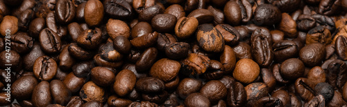 Foto top view of fresh and brown coffee beans, banner