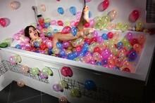 Belle Femme Qui S'amuse Dans Un Bain De Ballons