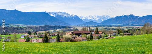 Fototapeta Ausblick auf das Murnauer Moos und die schneebedeckten Berge des Zugspitz-Massivs  obraz