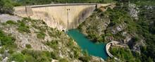 Panoramique Barrage Du Bimont Et Le Lac Bleu Dans Le Massif De La Sainte Victoire à Aix En Provence (13100), Département Des Bouches-du-Rhône En Région Provence-Alpes-Côte-d'Azur, France