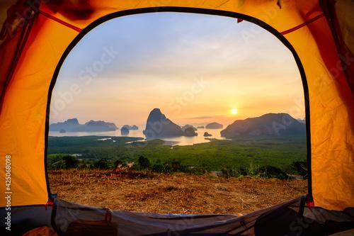 Photo Samed Nangchee viewpoint looking through tent in sunrise time, Phangnga, Thailan