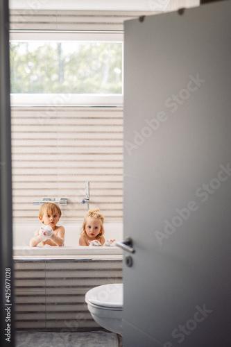Slika na platnu Enfants jouent dans le bain mousse