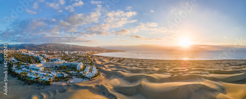 Foto Landscape with Maspalomas town and golden sand dunes at sunrise, Gran Canaria, C