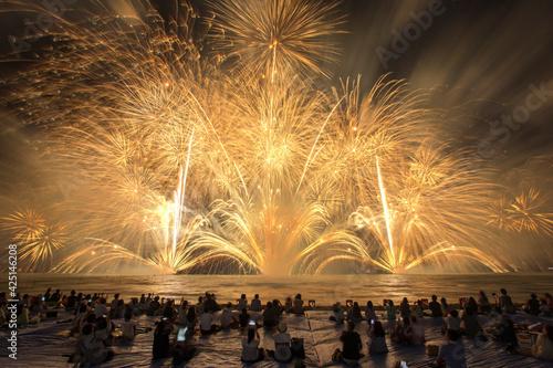 Fotografia 日本のびわ湖の花火大会。滋賀県彦根市で開催される北びわ湖花火大会。