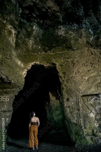 Mujer en el interior de una cueva Wall mural