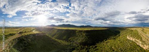 Toma aérea de Paisaje Verde y Hermoso de Amealco bajo un cielo nublado casi al atardecer ,