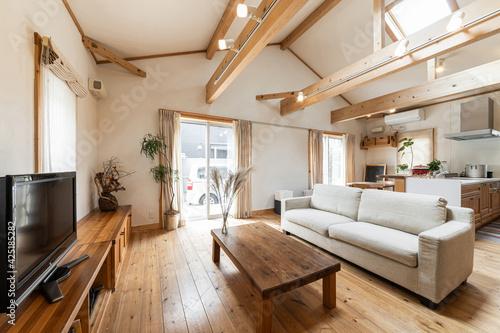 木材と天窓が印象的な一軒家のリビング