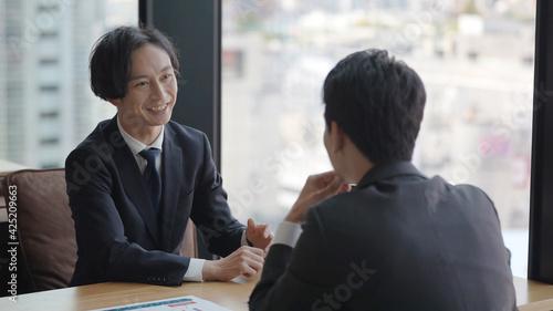 Fotografiet オフィスでミーティングをするビジネスマン