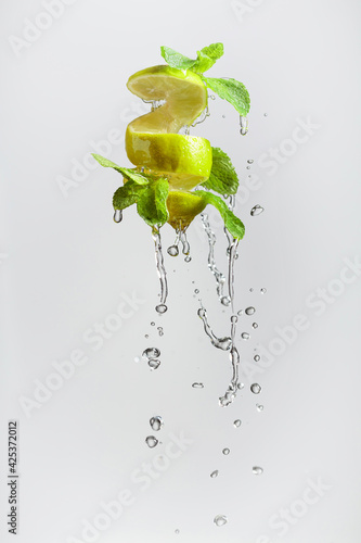 Fototapeta Fresh lime and mint in splash. obraz na płótnie