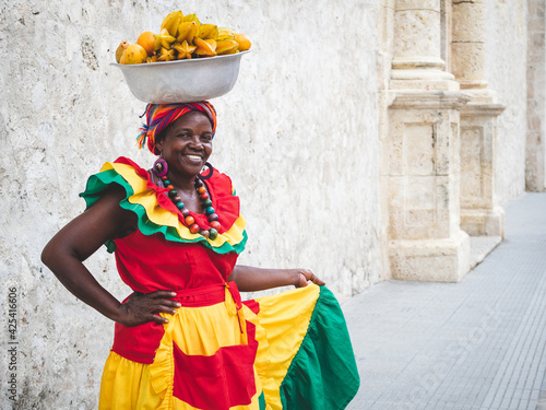 Billede på lærred Traditional fresh fruit street vendor aka Palenquera in the Old Town of Cartagena in Cartagena de Indias, Caribbean Coast Region, Colombia