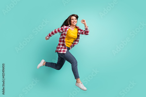Photo Full length body size view of attractive active glad cheerful girl jumping runni