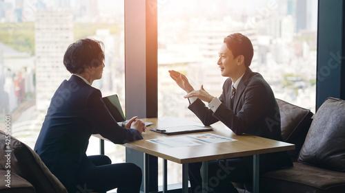 Obraz na plátně オフィスで会話するビジネスマン