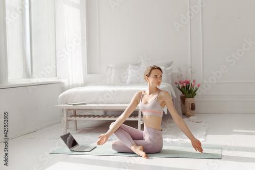 Papel de parede The girl does yoga online