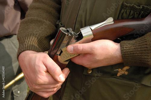 Obraz na plátne Chasseur tenant son fusil en position cassée