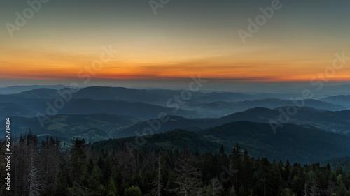 Fototapeta Wschód słońca w polskich górach. obraz