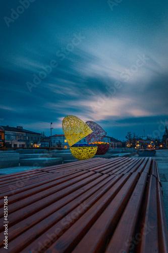 Fototapeta Wielkanocne ozdoby miasta w pochmurny poranek. obraz