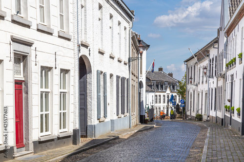 Fotografiet The town of Thorn with its striking white-painted houses, monumental buildings and authentic cobbled streets