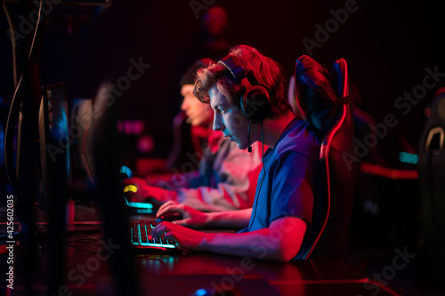 Fotografie, Obraz Professional esports players at an online game tournament