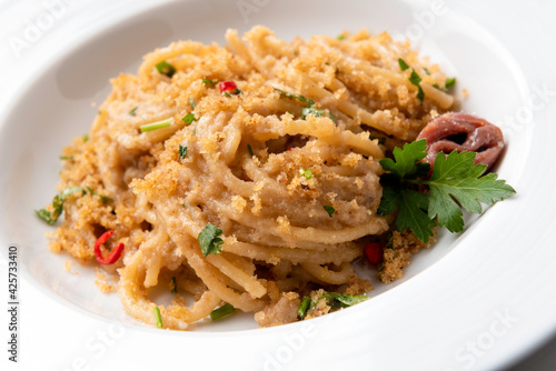 Canvas Print Deliziosi spaghetti al pangrattato, acciughe e peperoncino, Cucina Italiana