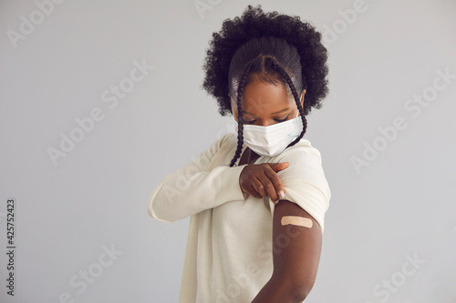 Woman receives Covid 19 vaccine injection Fotobehang