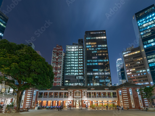 Night scenery of old and modern high rise buildings in Hong Kong city Fotobehang