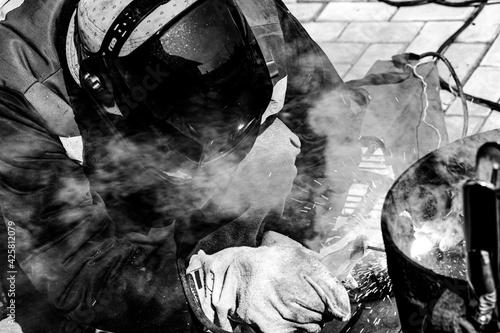 Fotografia An experienced welder at work