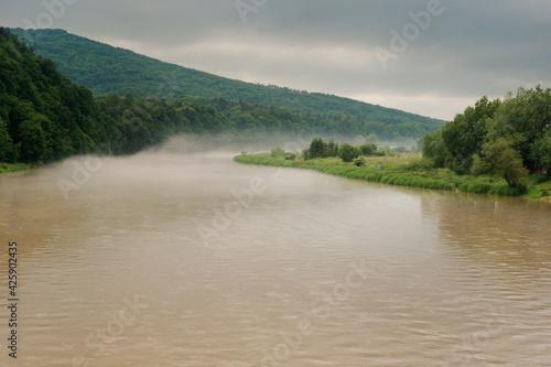 Rzeka San latem we mgle
