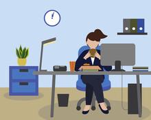 オフィスのデスクでランチを食べている女性