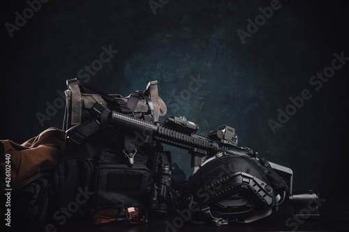Photo Militray equipment and weapons on a table in dark background