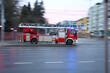 Samochód straży pożarnej z drabiną alarmowo na sygnale.