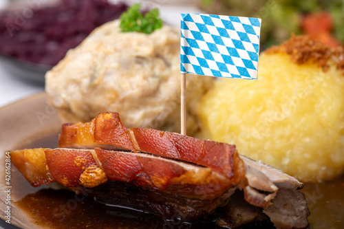 Fotografia bavarian roasted pork with different dumplings